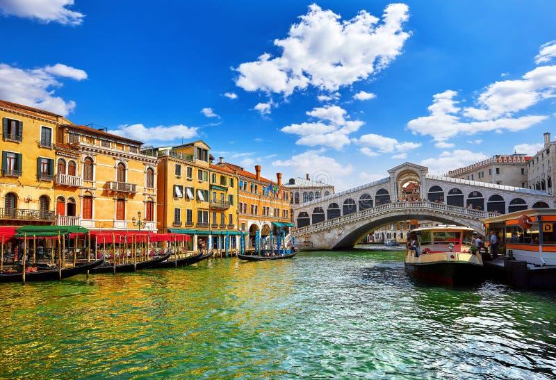 Jetez un pont sur Rialto sur la vue panoramique Venise de point de repère célèbre de canal grand image libre de droits