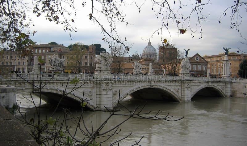 Jetez un pont sur Vittorio Emanuele II à Rome en hiver avec l'inondation l'Italie image libre de droits