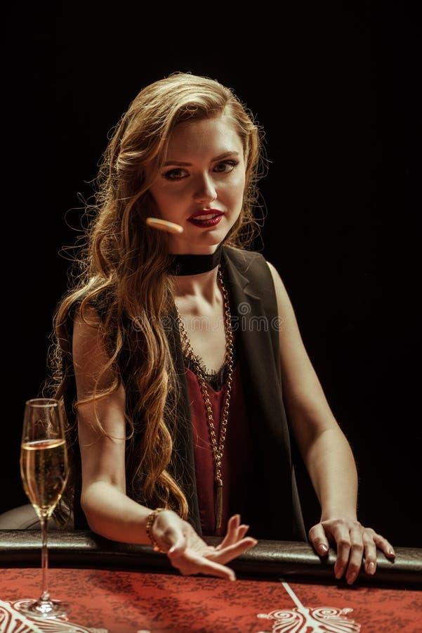 Jeton de poker de lancement de femme sur la table dans le casino photos stock