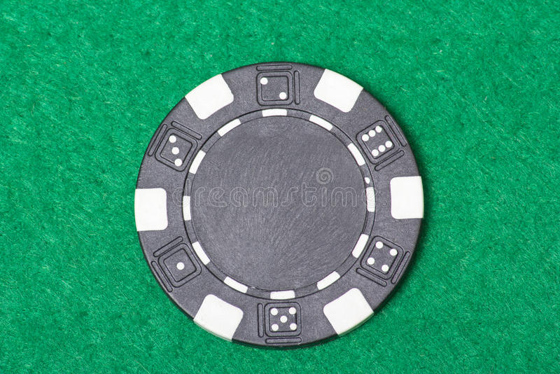 Jeton de poker noir sur la table de casino image stock