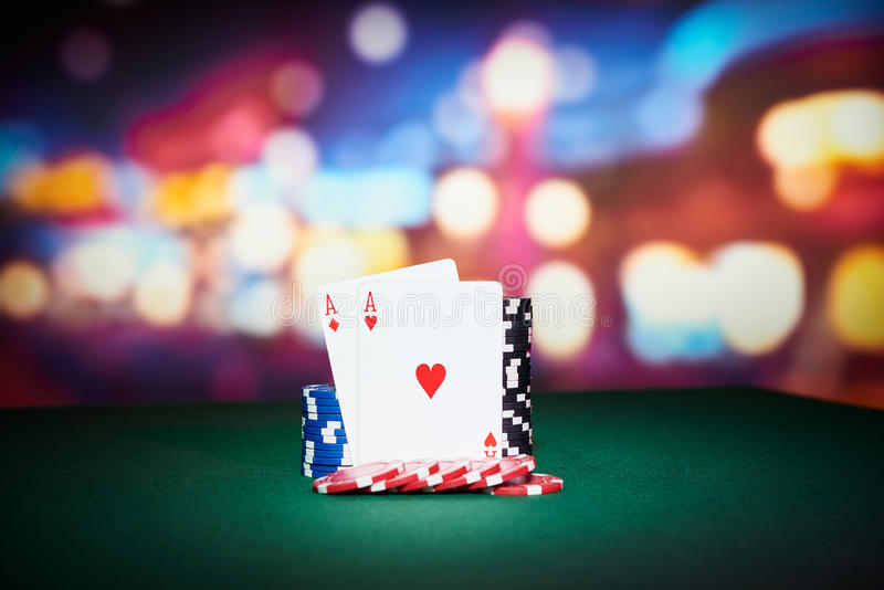 Jetons de poker avec des cartes d'as image stock