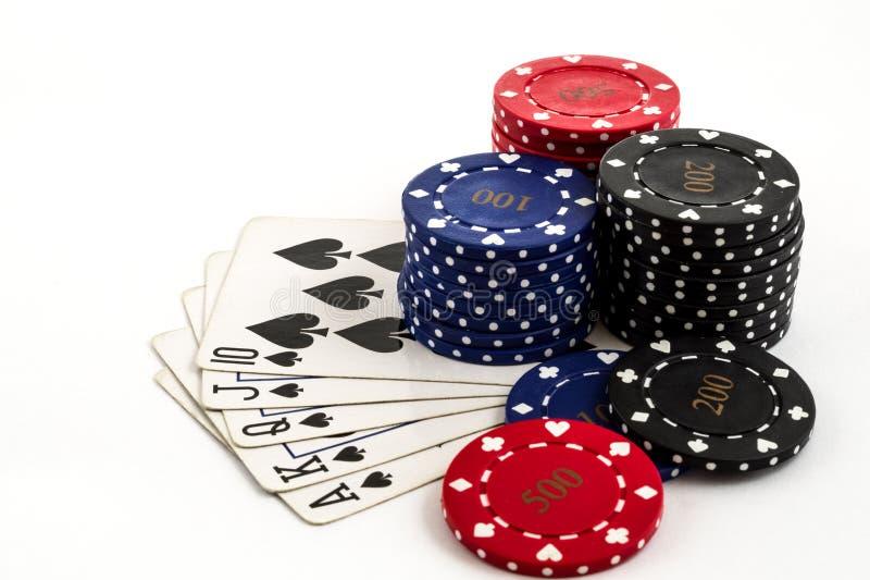 Jetons de poker et un flux droit sur un fond blanc images libres de droits