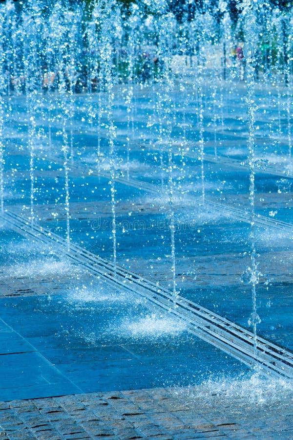 Jets d'eau de la fontaine de rue images libres de droits