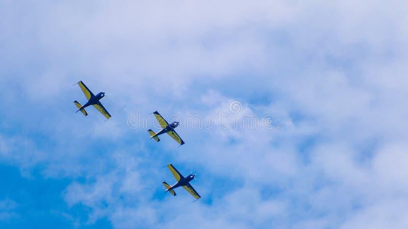 3 jets de repr?sentation, volant en tandem, sur un ciel bleu avec les nuages blancs image stock