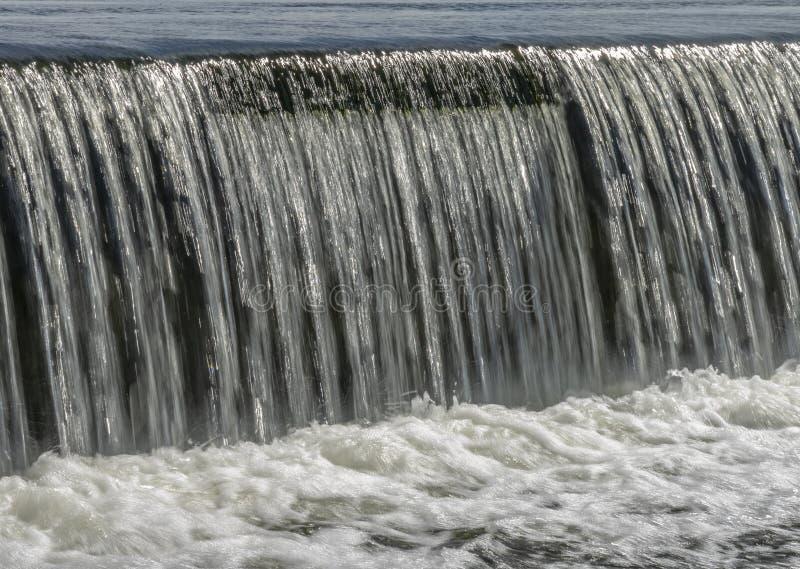 Jets del agua que caen sobre la presa fotos de archivo