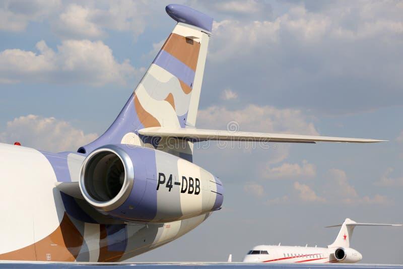 Jets globales del negocio del halcón 2000LX y del bombardero de Dassault los 5000 parquearon en el aeropuerto internacional de Sh foto de archivo libre de regalías