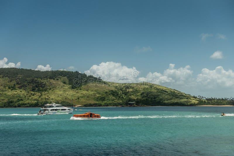 Jetski и 2 шлюпки покидая Марина на остров Гамильтона, Австралию стоковое фото