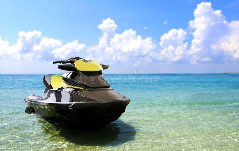 Jetski на пляже стоковые фотографии rf