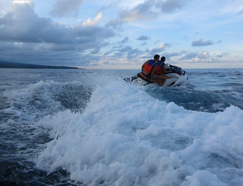 Jetski auf dem Meer Geschwindigkeit und Adrenaline lizenzfreie stockfotos