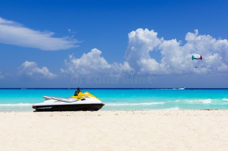 Jetski auf dem Strand der Ferienzeit stockfotografie