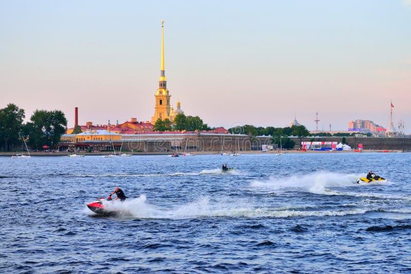 Download Jetski-Fahrt Auf Den Neva-Fluss Auf Dem Hintergrund Der Festung Stockfoto - Bild von strahl, festung: 106801908
