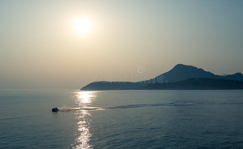 Jetski nel mare adriatico con il fondo della montagna immagini stock