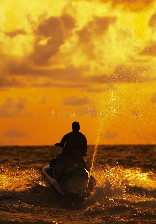 Jetski van de zonsondergang royalty-vrije stock afbeeldingen
