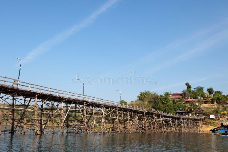 Jette un pont sur lundi en bois, Thaïlande images stock