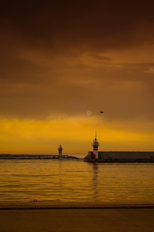Jetty I latarnia morska W Dziwacznej pogodzie zdjęcie stock