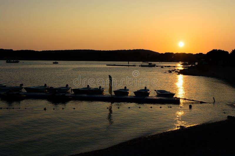 Jetty z łodziami przy zmierzchem zdjęcie royalty free
