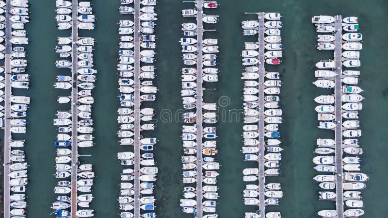 Jetty z łodziami w marina obrazy royalty free