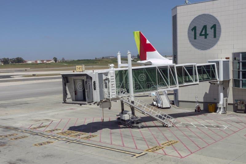 Jetway设备为乘客上的飞机使用了 免版税库存图片