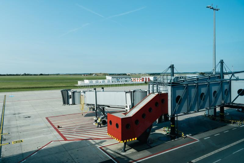 Jetway in luchthaven stock foto's