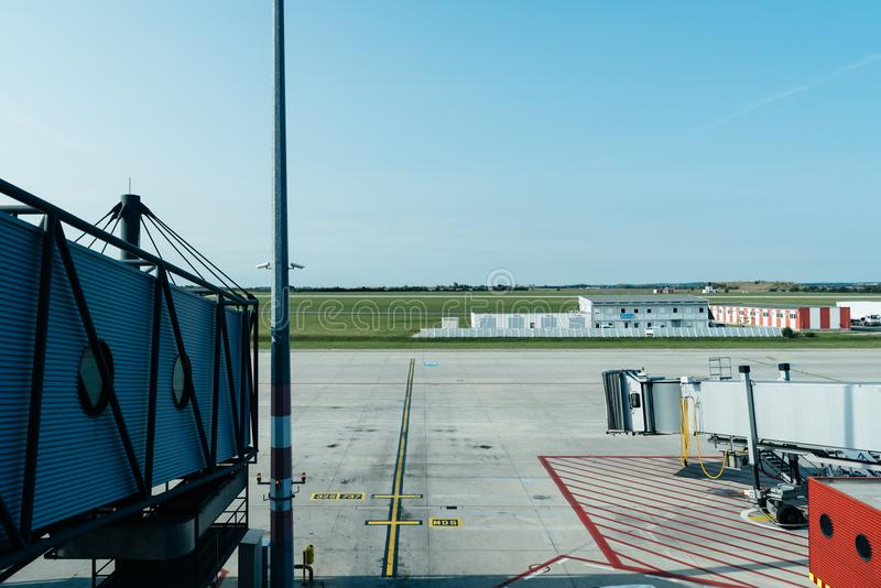 Jetway in luchthaven stock afbeelding