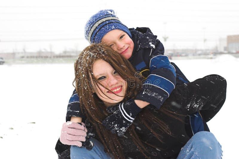 Jeu à l'extérieur dans la neige photographie stock