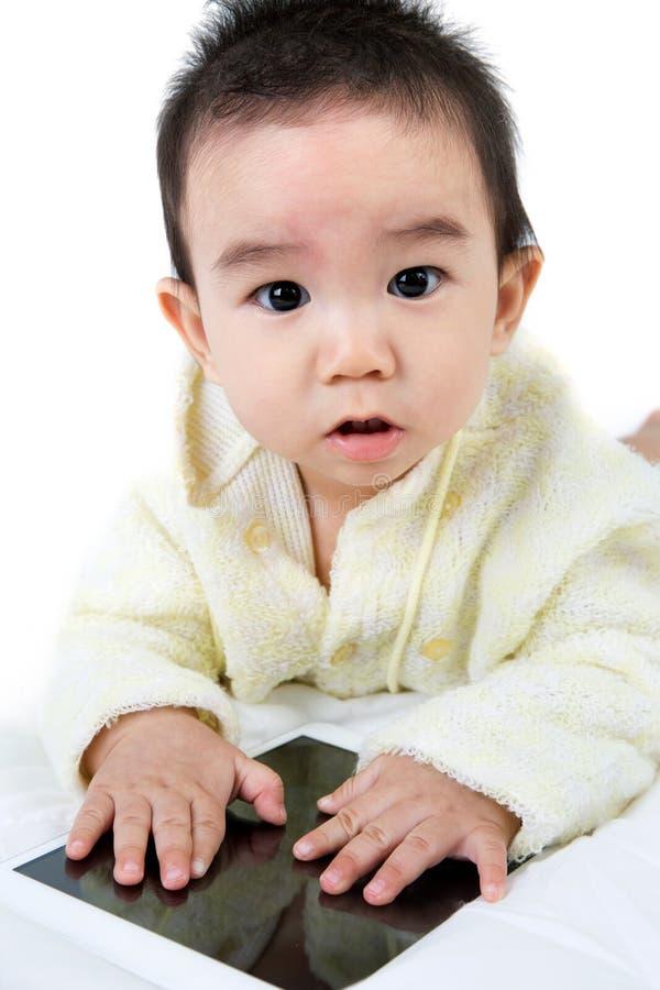 Download Jeu Asiatique De Jeu De Bébé Avec La Tablette Photo stock - Image du caucasien, jeune: 45368386