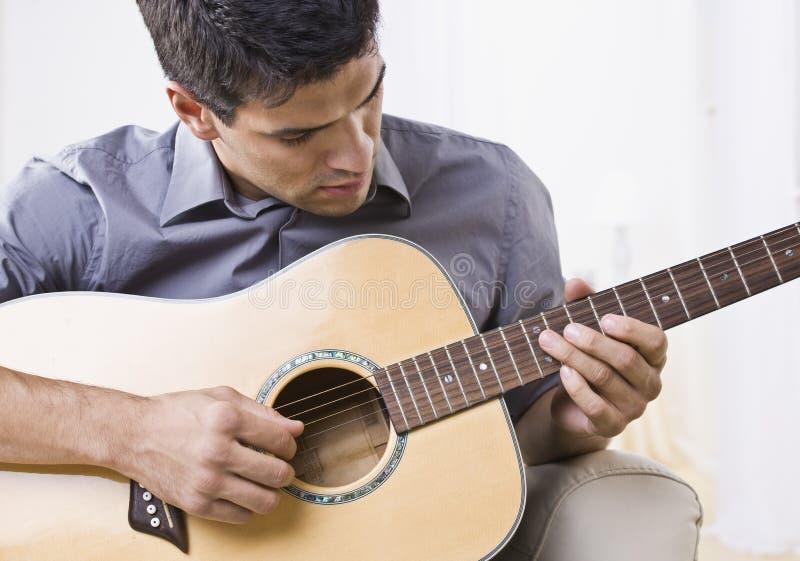 jeu attrayant d'homme de guitare image stock