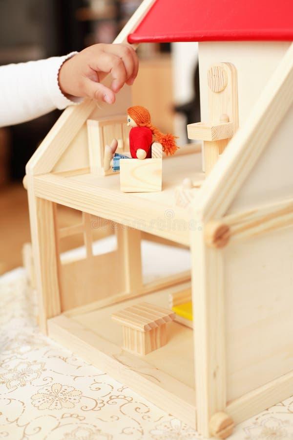 Jeu avec la maison de poupée photographie stock libre de droits