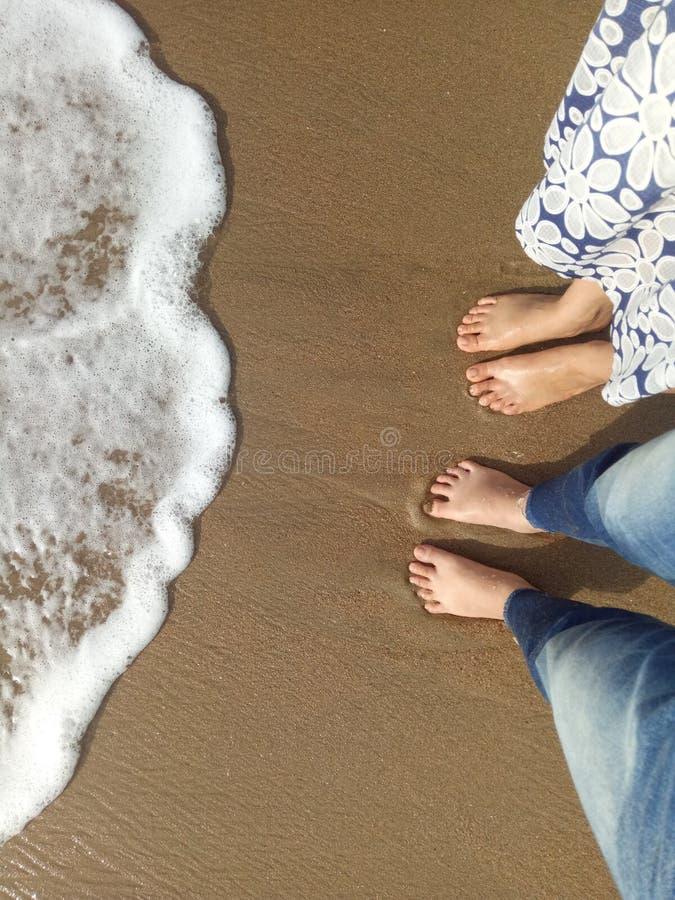 Jeu avec la vague sur la plage photos stock