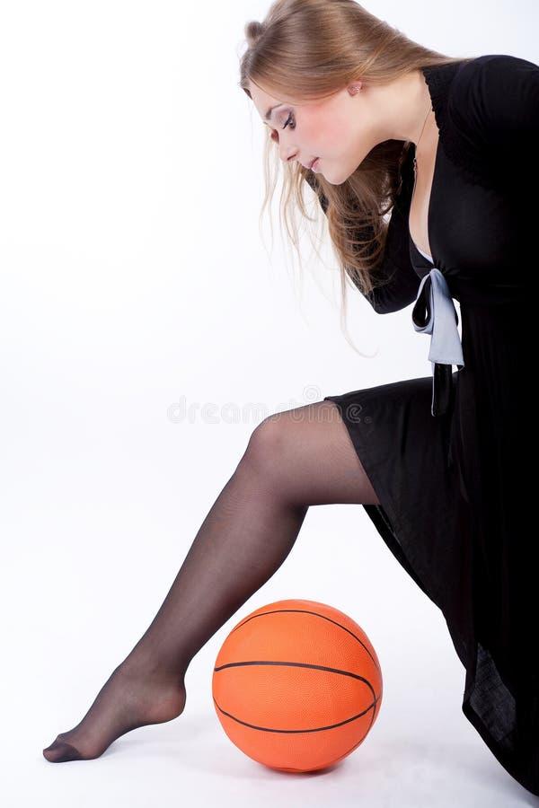 Jeu blond caucasien mignon blond avec la bille images libres de droits