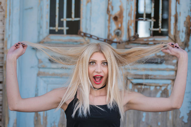 Jeu blond sexy de femme avec des poils avec le visage étonné image libre de droits