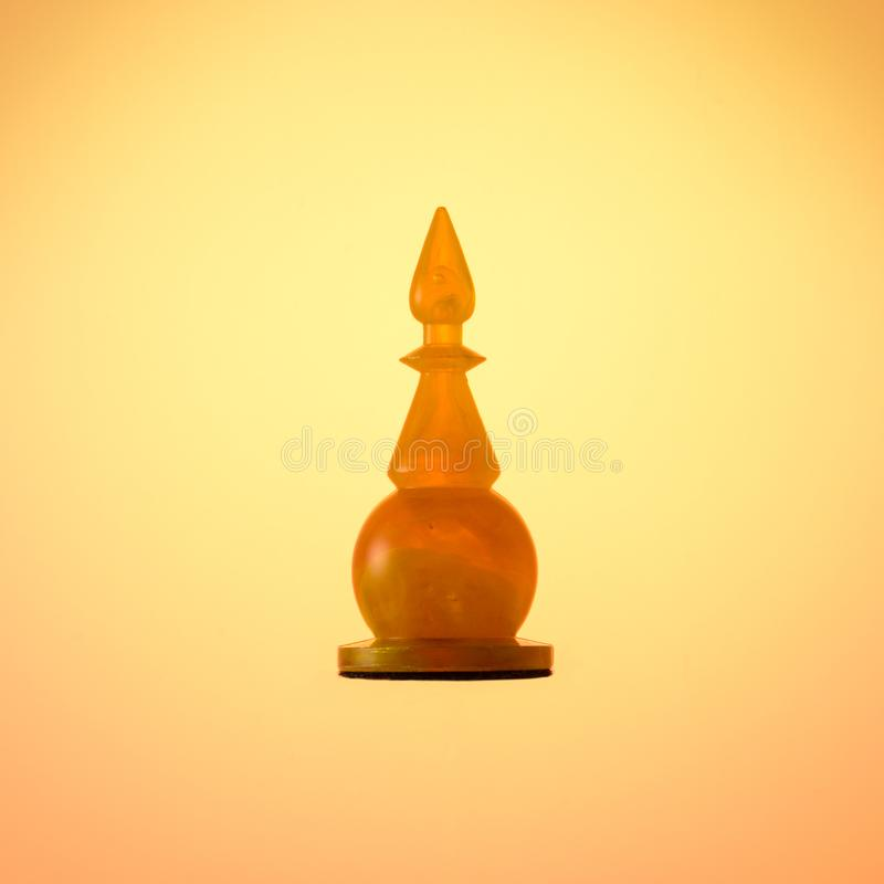 Jeu d'échecs ambre Évêque blanc de pièce d'échecs sur le fond de gradient d'or photo libre de droits