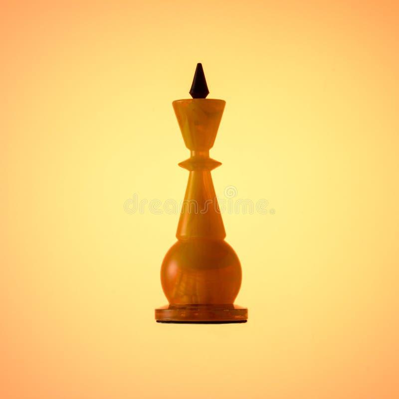 Jeu d'échecs ambre Roi blanc de pièce d'échecs sur le fond de gradient d'or image libre de droits