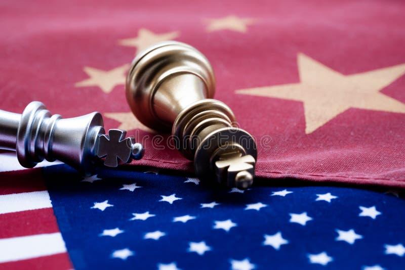 Jeu d'échecs, deux rois face à face sur la Chine et drapeaux nationaux des USA Concept de guerre commerciale Conflit entre deux g image libre de droits