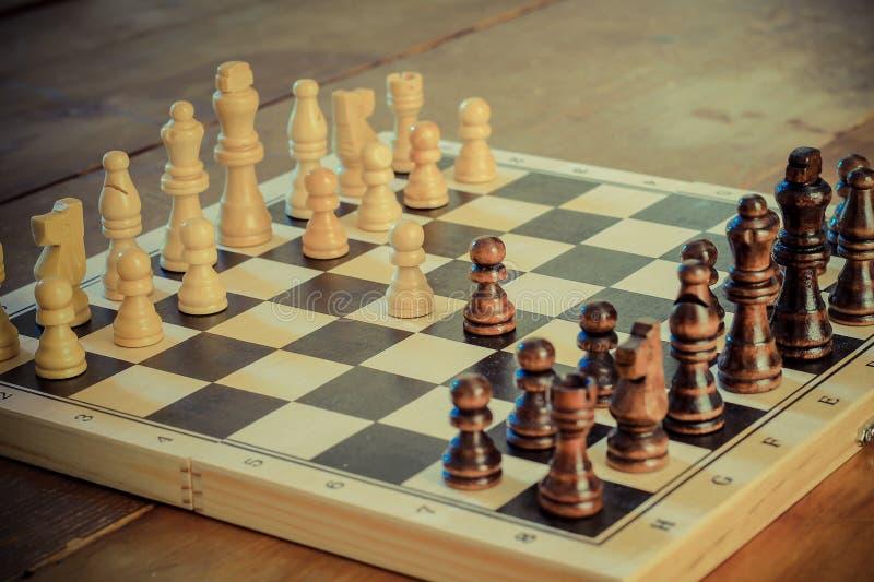 Jeu d'échecs réglé avec les pièces d'échecs en bois photographie stock libre de droits