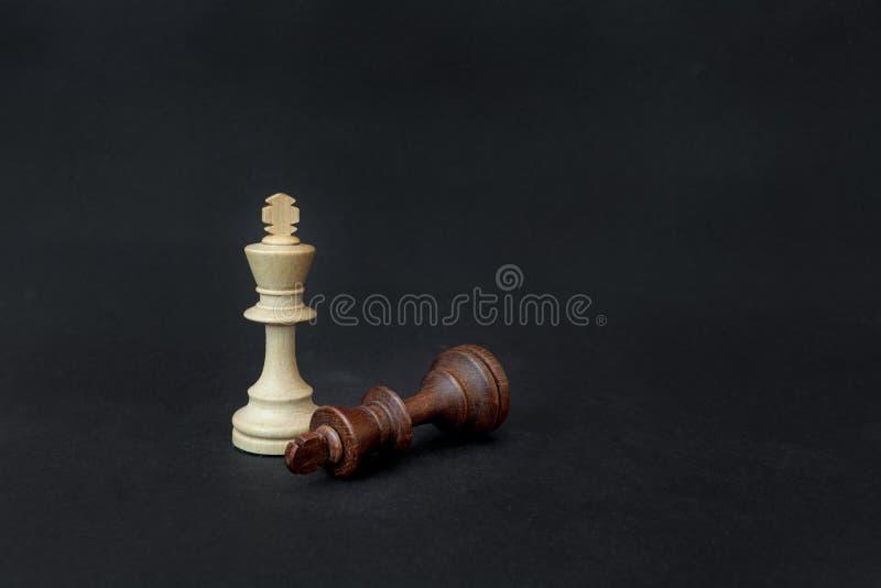 Jeu d'échecs Roi blanc et noir contestant pour la victoire D'isolement sur le fond noir photographie stock libre de droits