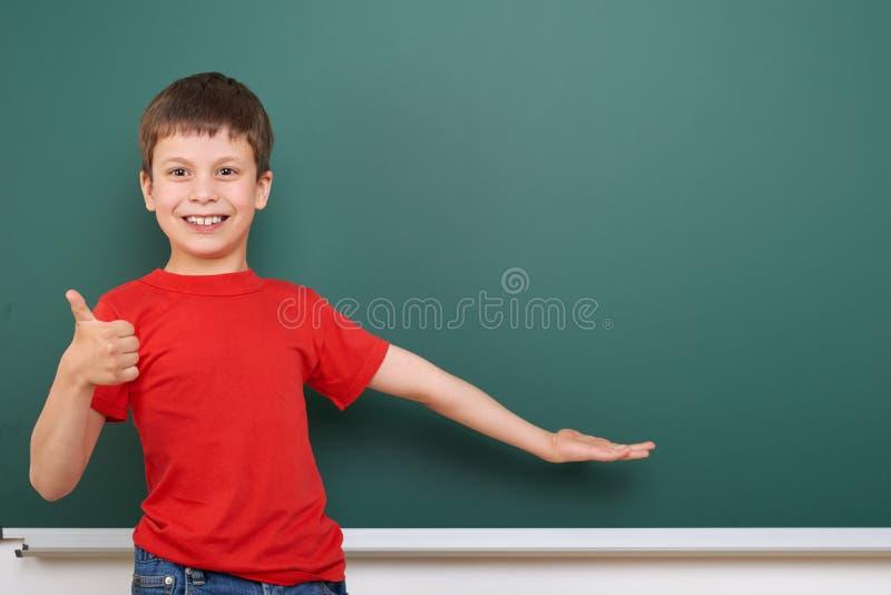 Jeu d'écolier près d'un tableau noir, l'espace vide, concept d'éducation images stock