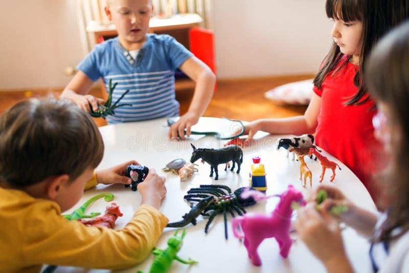Jeu d'amusement dans le jardin d'enfants photo libre de droits