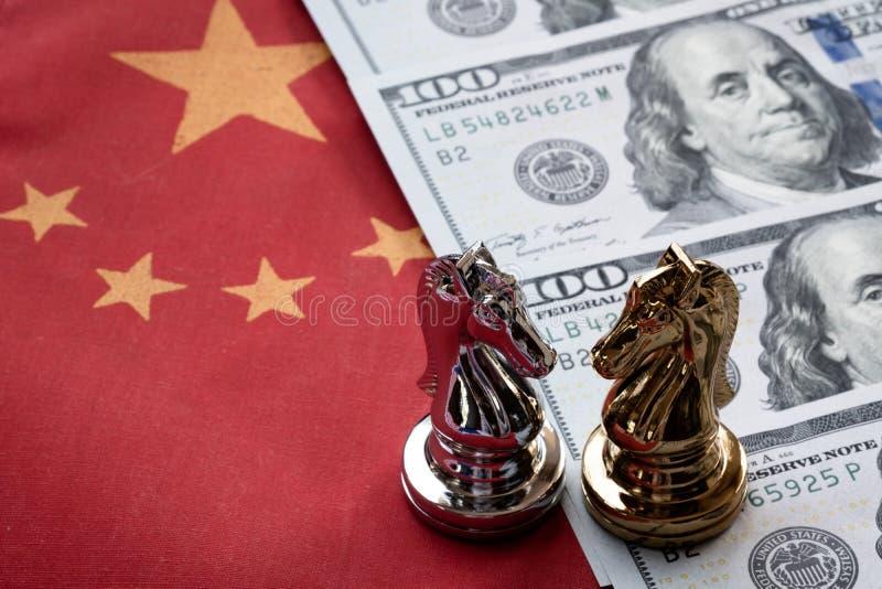 Jeu d'?checs Bataille des ?checs sur le billet de banque chinois de drapeau et de dollar US Concept de guerre commerciale image libre de droits