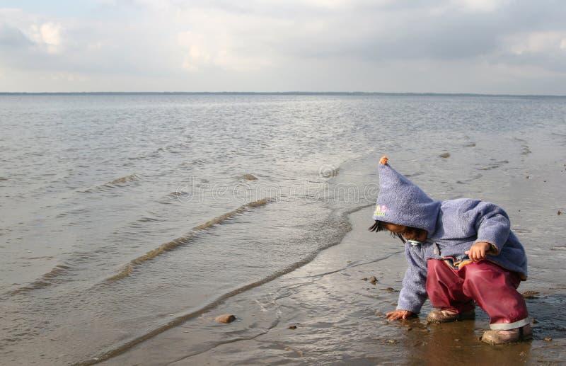 Download Jeu d'enfants photo stock. Image du océan, denmark, fille - 727272