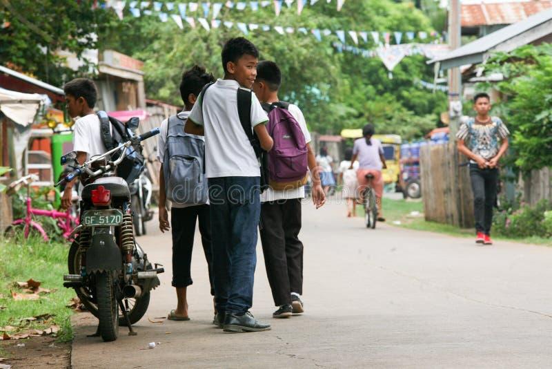 Jeu d'enfants dans la cour images libres de droits