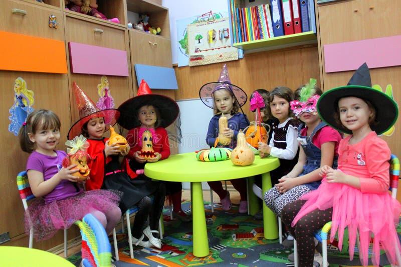 Jeu d'enfants dans le jardin d'enfants pour Halloween image libre de droits