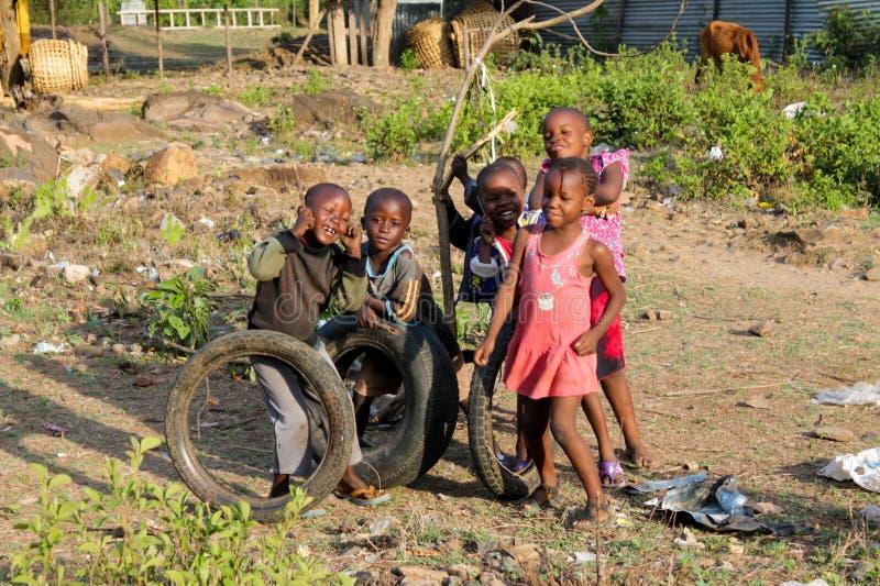 Jeu d'enfants pauvre africain sur la rue image libre de droits