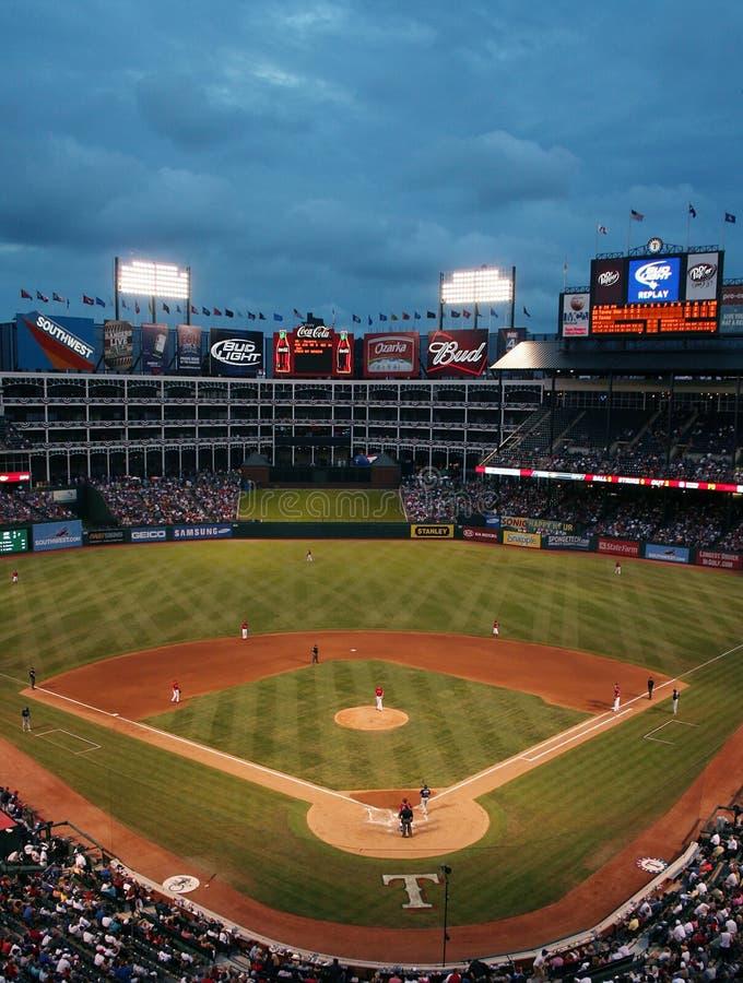 Jeu de base-ball de Texas Rangers la nuit images libres de droits