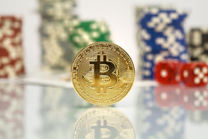 Jeu de jeu de Bitcoin avec des jetons de poker photographie stock libre de droits