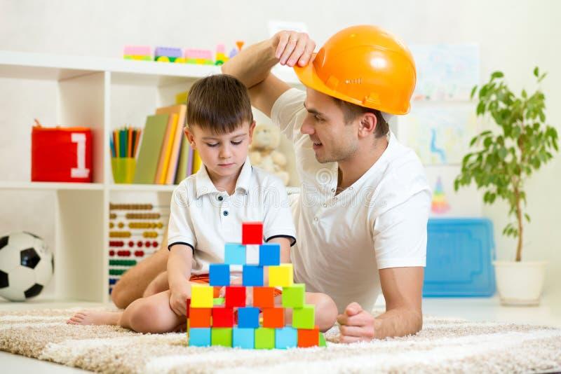 Jeu de construction de jeu de père et d'enfant ensemble images stock