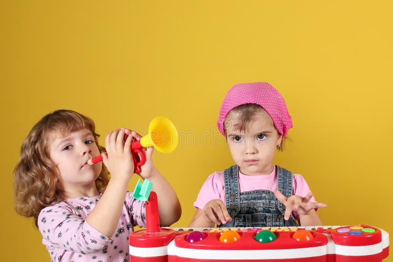 Jeu de deux petites filles image libre de droits