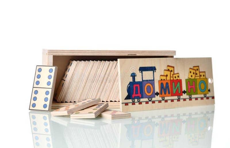 """Jeu de domino dans la boîte en bois d'isolement sur la traduction blanche : """"Domino """" image libre de droits"""