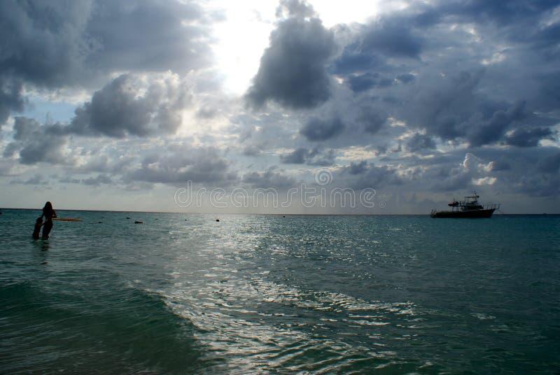 Jeu de femme et d'enfant dans l'océan photos libres de droits