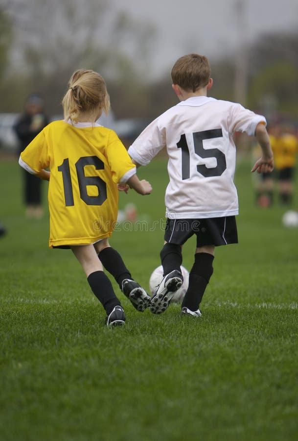 Jeu de football de la jeunesse images stock